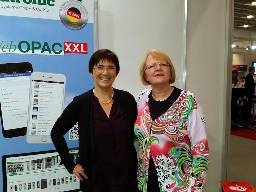 Frühere Kundin Ilona Munique am Stand von Datronic mit Petra Schmalz