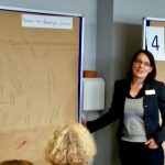 Blitzlichtrunde und Vorstellung der World-Café-Workshops (hier Anna Lea Simpson)