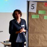 Blitzlichtrunde und Vorstellung der World-Café-Workshops (hier Cornelia Leiß)