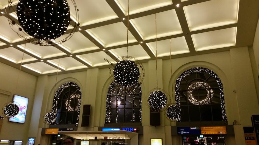 Hannover Hauptbahnhof, Eingangshalle mit Weihnachtsdeko