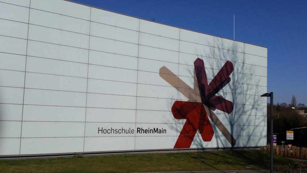 Gebäude mit Logo der HS RheinMain, Wiesbaden