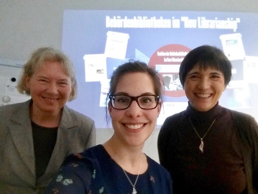 Erst- und Zweitprüferinnen Munique, Durek stehen hinter der BA'in Franziska Neudeck