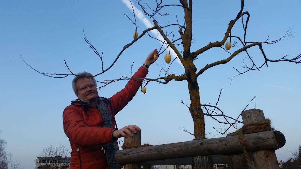 Reinhold Burger, WEGA-Team, Ostereier aufhängend