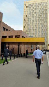 Eingangsbereich des Gerichtshofs der Europäischen Union mit einem von 3 Türmen
