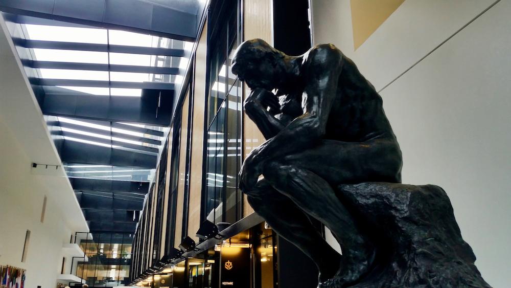 """""""""""Der Denker"""" von Auguste Rodin, eine Replik des Originals aus Paris, in der Galerie des EuGH Luxemburg"""