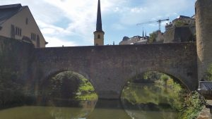 Stierchenbrücke, im Hintergrund Kirchturm des Neumünsters