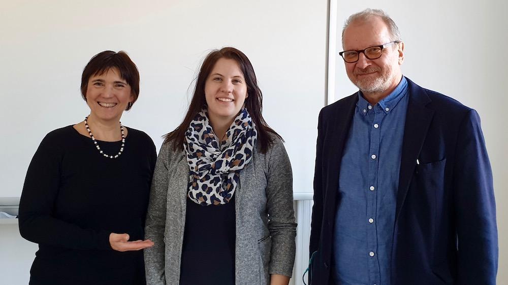 Erstprüfer Prof. Dr. Stephan Büttner und Zweitprüferin Ilona Munique nehmen die BA'in Sonja Fischer in ihre Mitte.