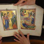 Blättern in der Faksimile-Ausgabe des Bamberger Psalters