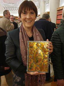 Ilona Munique hält die Faksimile-Ausgabe des Bamberger Psalters in Händen