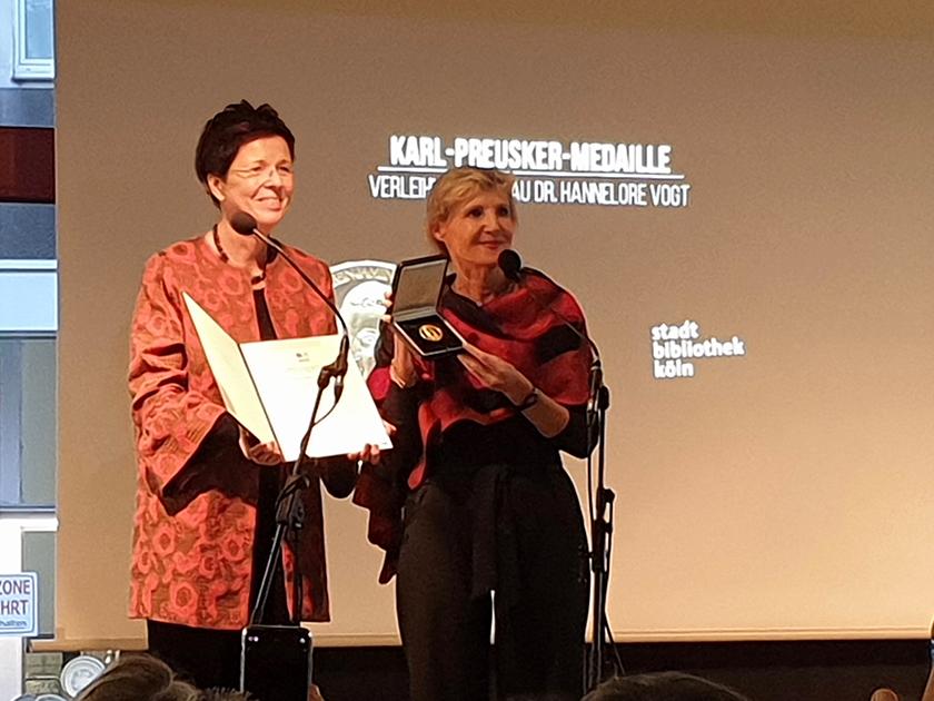 Übergabe der Medaille von Dr. Homilius an Dr. Vogt