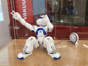 Begeisterter NAO-Roboter in der Stadtbibliothek Köln